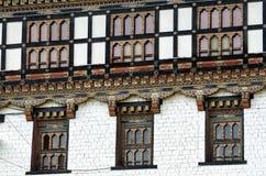 Pintura y trabajo de madera de ventanas en Tashi Cho Dzong, Timbu, Bhután Foto de archivo libre de regalías