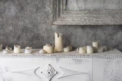 Pintura y velas quemadas en la chimenea Foto de archivo libre de regalías
