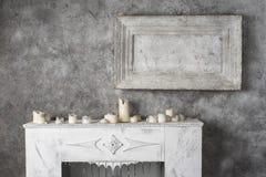 Pintura y velas quemadas en la chimenea Imagen de archivo