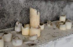 Pintura y velas quemadas en la chimenea Imagenes de archivo