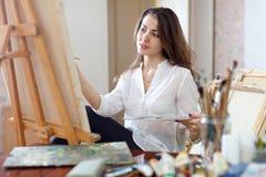 Pinturas bonitas da mulher na lona imagem de stock royalty free