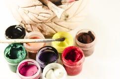 Pinturas brilhantes e marcadores coloridos isolados no fundo branco Foto de Stock