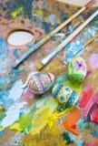Pinturas, cepillos y huevos de Pascua Foto de archivo