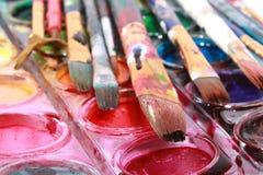 Pinturas con los cepillos Foto de archivo