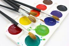 Pinturas con los cepillos Imagenes de archivo