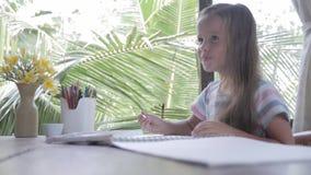 Pinturas da aquarela da pintura do artista da criança video estoque