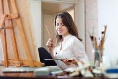 Pinturas da menina na lona com cores de óleo Imagens de Stock Royalty Free