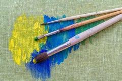 Pinturas de óleo e escovas de pintura Fotografia de Stock Royalty Free