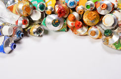 Pinturas de acrílicos profissionais nos tubos em um fundo branco Foto de Stock
