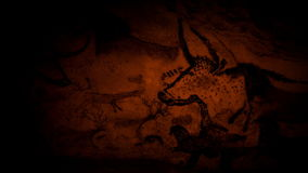 Pinturas de cuevas de animales por la luz de un fuego almacen de metraje de vídeo