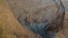 Pinturas de cuevas del elefante y de los hombres y petroglifos en Boumediene, parque nacional del nAjjer de Tassili, Argelia fotografía de archivo