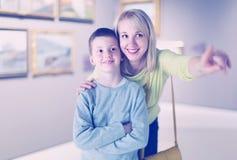 Pinturas de exploración felices de la madre y del hijo Imagen de archivo libre de regalías