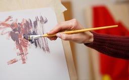 Pinturas de la muchacha con las pinturas de aceite Imagen de archivo