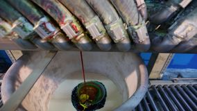Pinturas de mistura em uma escala industrial, um dispositivo para misturar a pintura, cor-dando a pintura video estoque