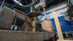 Pinturas de mistura em uma escala industrial, um dispositivo para misturar a pintura, cor-dando a pintura vídeos de arquivo