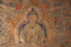 Pinturas de pared y estatuas de Buda en el gran templo tibetano imagen de archivo libre de regalías