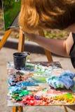 Pinturas de um artista do close-up foto de stock royalty free