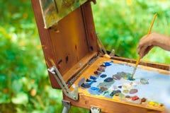 Pinturas del artista en naturaleza imagenes de archivo