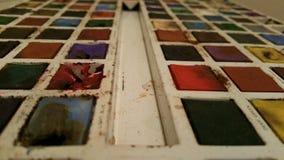 Pinturas del color de agua del vintage en lata fotos de archivo