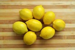 Pinturas do limão na placa de desbastamento de madeira a mais fina Imagem de Stock