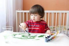 Pinturas do rapaz pequeno Foto de Stock Royalty Free