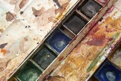 Pinturas e equipamento criançola da pintura, aquarelas e escovas, pinturas da cor de água Imagens de Stock Royalty Free