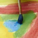 Pinturas e equipamento criançola da pintura, aquarelas e escovas, pinturas da cor de água Imagem de Stock