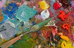 Pinturas e escova de óleo na paleta abstraia o fundo Fotos de Stock Royalty Free