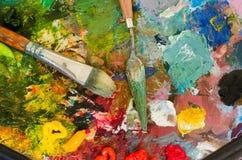 Pinturas e escova de óleo na paleta abstraia o fundo Foto de Stock Royalty Free