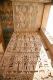 Pinturas e hieróglifos egípcios no templo imagens de stock