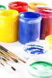 Pinturas e pincéis coloridos Fotografia de Stock Royalty Free