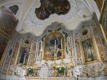 Pinturas en el altar de una iglesia católica vieja Fotografía de archivo