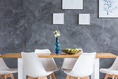 Pinturas en la pared texturizada gris foto de archivo