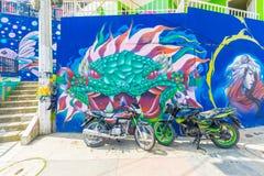 Pinturas murais e motocicletas no distrito treze em Medellin Fotos de Stock Royalty Free