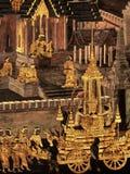 Pinturas murais na parede exterior do palácio Banguecoque Tailândia do rei Fotos de Stock