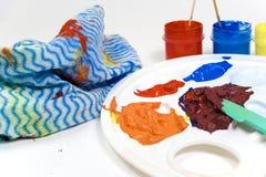 Pinturas na paleta plástica   Imagem de Stock Royalty Free