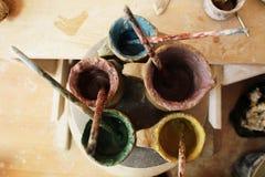 Pinturas para la arcilla de pintura en tarros foto de archivo libre de regalías
