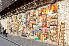 Pinturas para la venta en la ciudad vieja de Kraków Foto de archivo