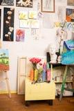 Pinturas que estão em pouca gaveta perto das armações de tiragem imagem de stock royalty free
