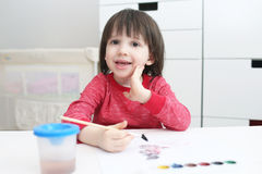 Pinturas sonrientes del muchacho con la acuarela Imagen de archivo
