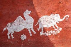 Pinturas tradicionales hermosas en el pueblo cerca de Ranthambore Fotografía de archivo libre de regalías