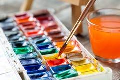 Pinturas y brochas de la acuarela para el primer de pintura fotos de archivo libres de regalías