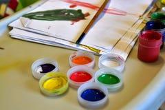 Pinturas y cepillo de los niños Fotografía de archivo