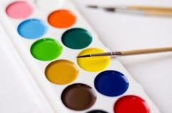 Pinturas y cepillos fotografía de archivo libre de regalías