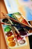 Pinturas y cepillos Fotos de archivo