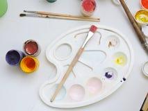 Pinturas y cepillos coloridos Foto de archivo libre de regalías