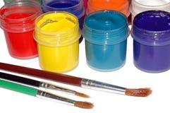 Pinturas y cepillos de Colores en el fondo blanco imagen de archivo libre de regalías