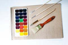 Pinturas y cepillos de la acuarela Foto de archivo