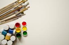 Pinturas y cepillos, en un fondo blanco fotos de archivo libres de regalías