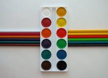 Pinturas y lápices coloridos imagen de archivo libre de regalías